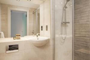 A bathroom at Roomzzz London Stratford