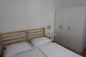 A bed or beds in a room at Ruhige Stadtwohnung mit Balkon