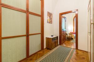 Ein Badezimmer in der Unterkunft Palace District Delight for 5