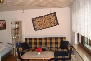 A seating area at Ihre Wohnung im Grünen