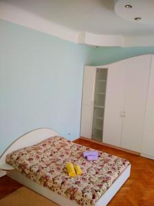 A bed or beds in a room at Apartments on Valova 25