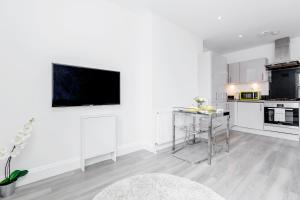 A television and/or entertainment center at 2-bed Notting Hill / Portobello