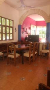 A restaurant or other place to eat at La casa de piedra y colores en Chichén Itzá