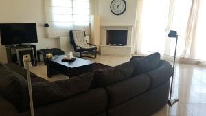 Een zitgedeelte bij Lux Apartment Thermaikos