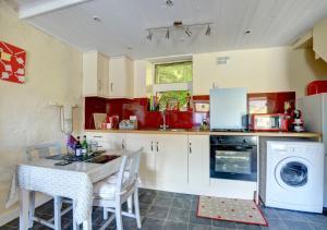 A kitchen or kitchenette at Mynydd Annedd Cottage