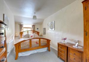 A bed or beds in a room at Mynydd Annedd Cottage