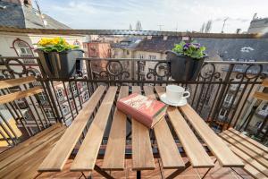 A balcony or terrace at Sunny top floor balcony apartment near downtown