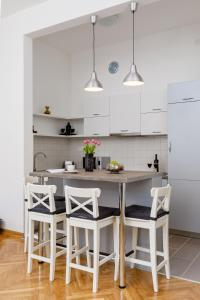 A kitchen or kitchenette at Old Town Clock Tower Apartment