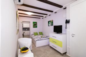 A television and/or entertainment center at Apartments Bella Tara
