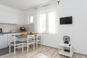 A kitchen or kitchenette at Apartment Oleander Sea View