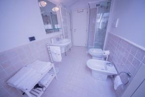 A bathroom at Blue Lake Apartment