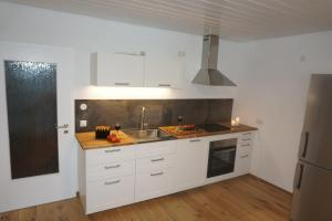 A kitchen or kitchenette at Ferienwohnung Altes Forsthaus Hella