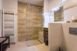 A bathroom at CMG Trocadéro - Louis David