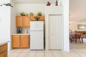 A cozinha ou kitchenette de Doorway to Disney 2613 Emerald Island Boulevard