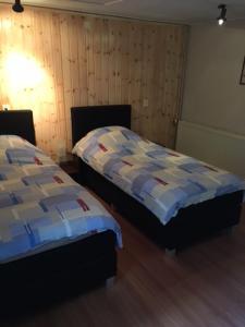 A bed or beds in a room at wandel en fiets top locatie midden in de bossen