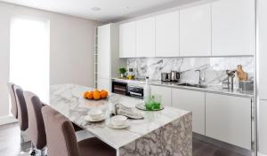 A kitchen or kitchenette at Aviary House Luxe