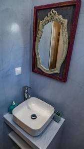 A bathroom at Manthos Place