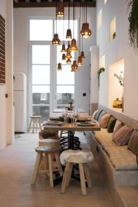 A restaurant or other place to eat at Boutique Holiday Home ZaligInAntwerpen 77
