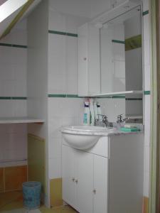 A bathroom at Gite Les Bruyeres 123 Sologne