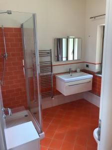Ванна кімната в Mansarda a pochi passi dal mare