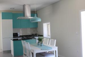 A kitchen or kitchenette at Vivenda Mendes 2