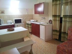 Кухня или мини-кухня в Apartmanház Mediterrán