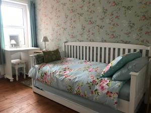 A bed or beds in a room at Rosebud cottage