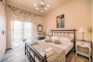 Ένα ή περισσότερα κρεβάτια σε δωμάτιο στο Lindos Luxury Retro Villas