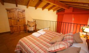 A bed or beds in a room at El Bulín de Piñuecar
