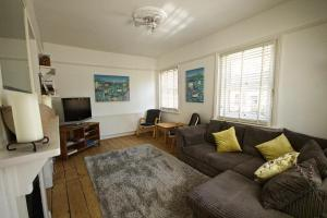 A seating area at River Exe Apartment