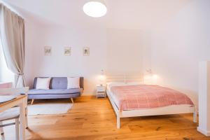 A bed or beds in a room at La Perla Vintage-Apartments