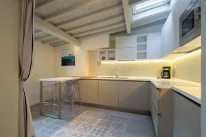 A kitchen or kitchenette at Carapelli Apartments