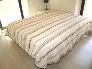 A bed or beds in a room at 182