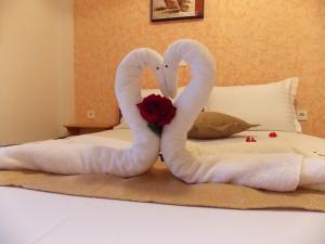 Un pat sau paturi într-o cameră la Studios Kentia