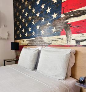 Ein Bett oder Betten in einem Zimmer der Unterkunft Krymwood Flats Wynwood