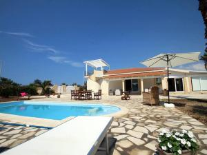 The swimming pool at or near Holiday Marispica con piscina fronte mare