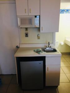 A kitchen or kitchenette at Condo Daytona Beach