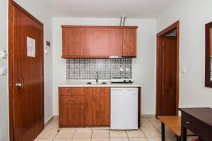 Een keuken of kitchenette bij StudiosThomai