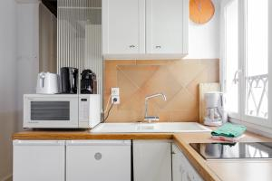 A kitchen or kitchenette at Appartement Les Enfants Rouges