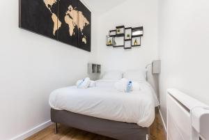 A bed or beds in a room at CMG Bastille/ Voltaire II