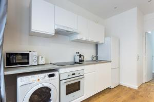 A kitchen or kitchenette at CMG Bastille/ Voltaire II