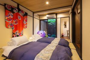 A bed or beds in a room at Gion Holiday Home Yururi