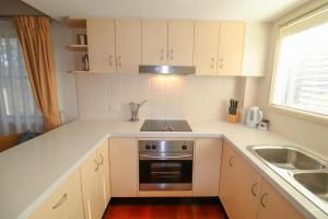 A kitchen or kitchenette at Dollarbird Treetops Townhouse