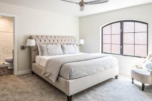 A bed or beds in a room at Historic Oldtown Plaza 201