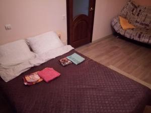 Кровать или кровати в номере Kvartira