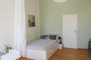 A bed or beds in a room at Gemütliches Apartment - Nähe Schloss Schönbrunn