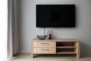 A television and/or entertainment center at CHILLIapartamenty - Bliżej Morza - DREAM