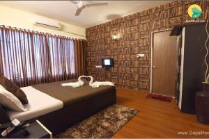 A bed or beds in a room at 2 BHK Apartment in Wifi Continuous access in the listing Cable TV Laptop friendly workspace A table or desk with space, Mumbai(29BE), by GuestHouser