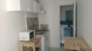 A kitchen or kitchenette at 20m2 Apartment, Metro line 7,direct to Louvre & Opera