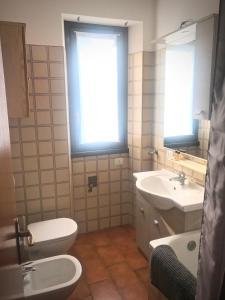 A bathroom at Roggiana Apartment